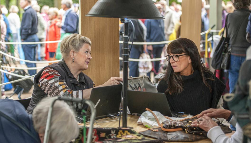 Textilexperterna Anette Granlund och Malin Sveholm diskuterar en väska i Antikrundan.