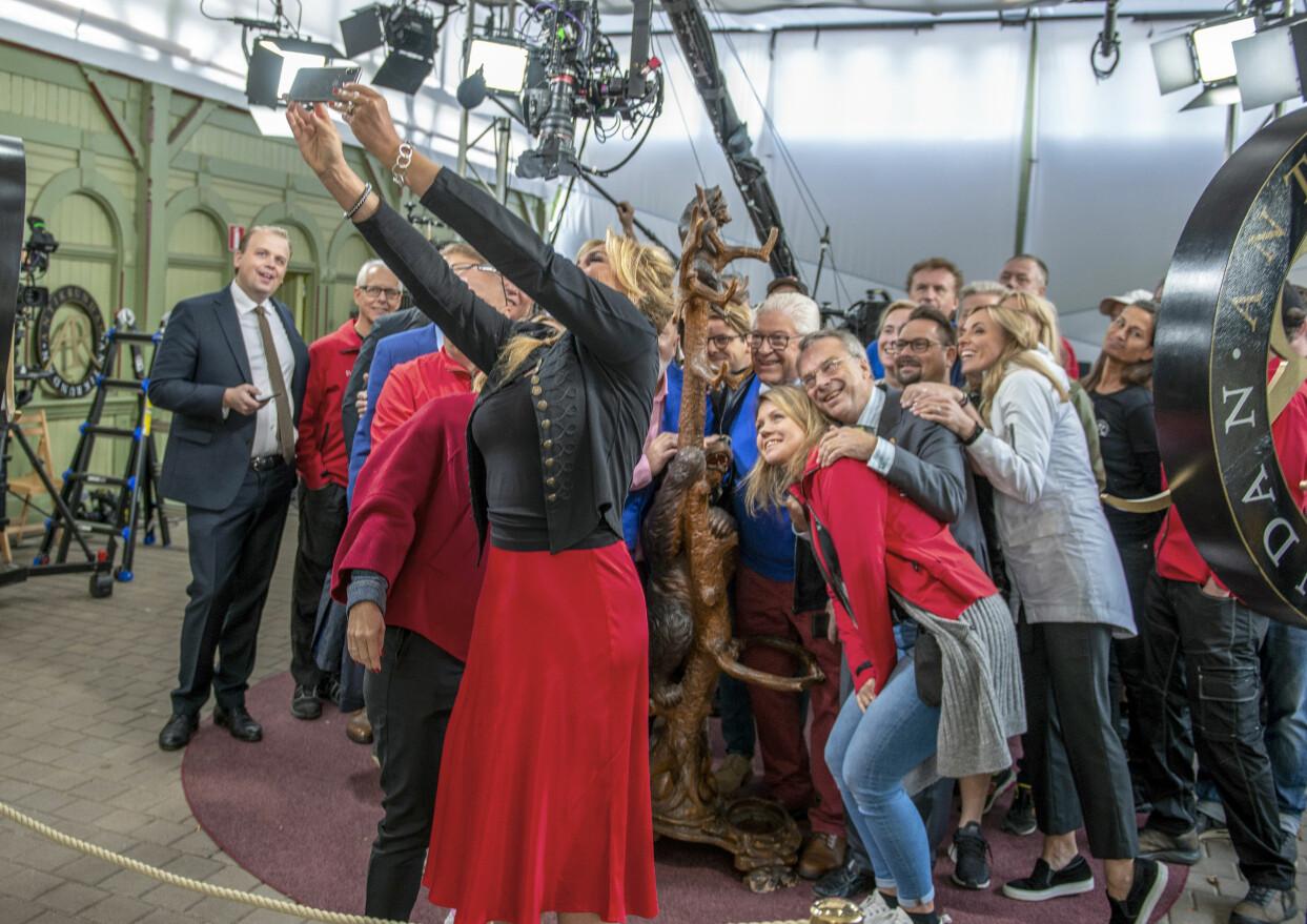 Anne Lundberg tar en selfie med hela produktionen bakom Antikrundan.