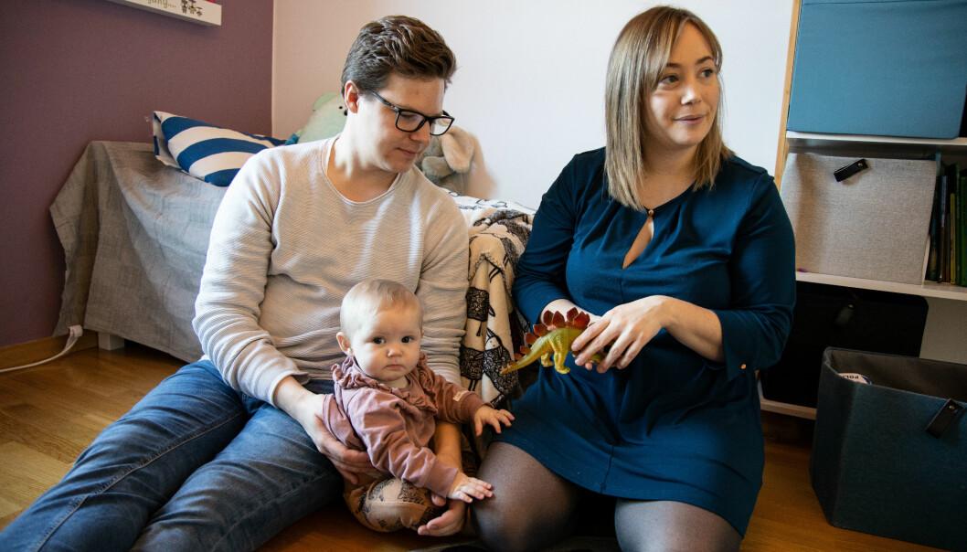 Simon och Therese Ström tillsammans med dottern Alice i lägenheten hemma i Varberg.