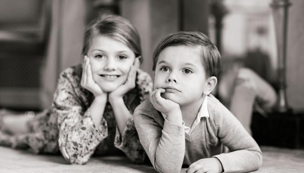 Svartvit bild på prinsessan Estelle och prins Oscar.