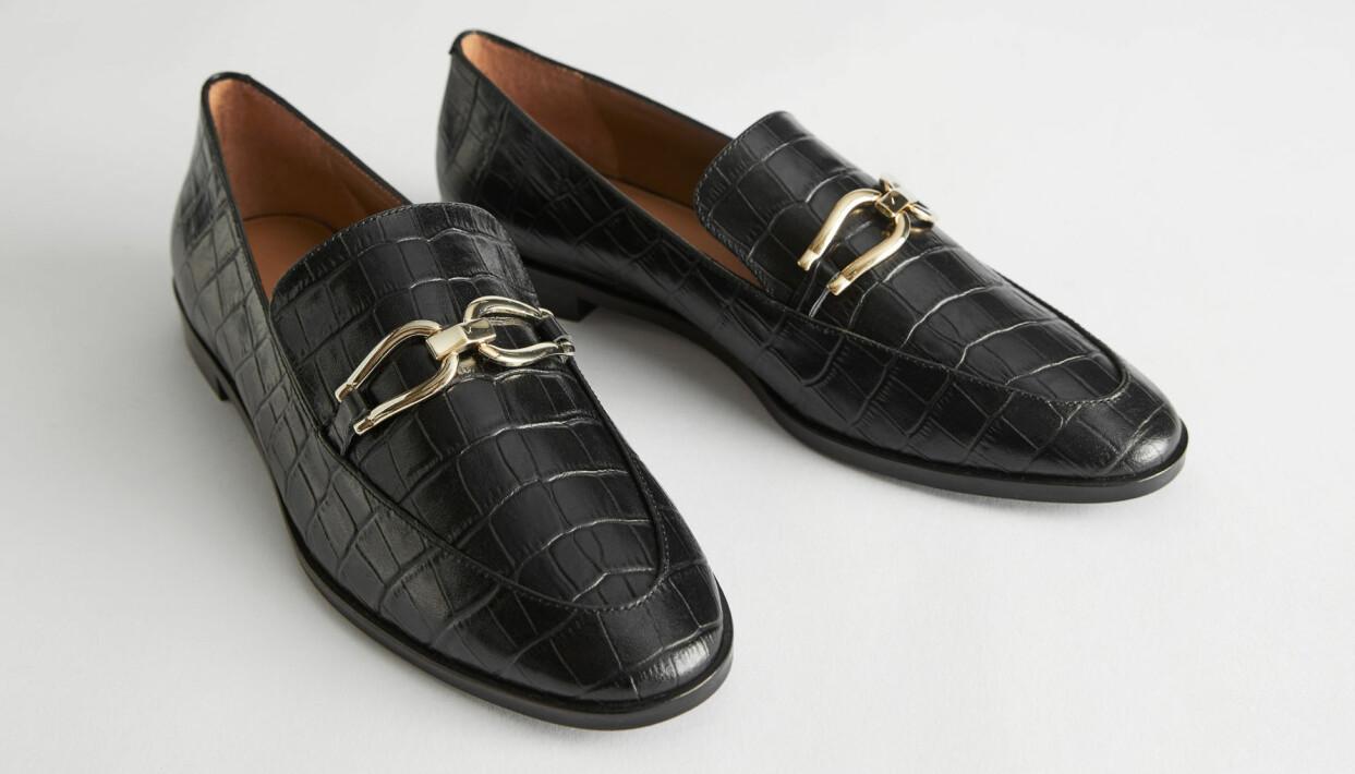 Svarta krokopräglade loafers med spännen, från & Other Stories