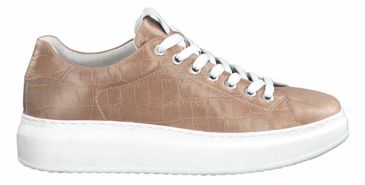 Beige sneakers med krokoprägling, från Tamaris