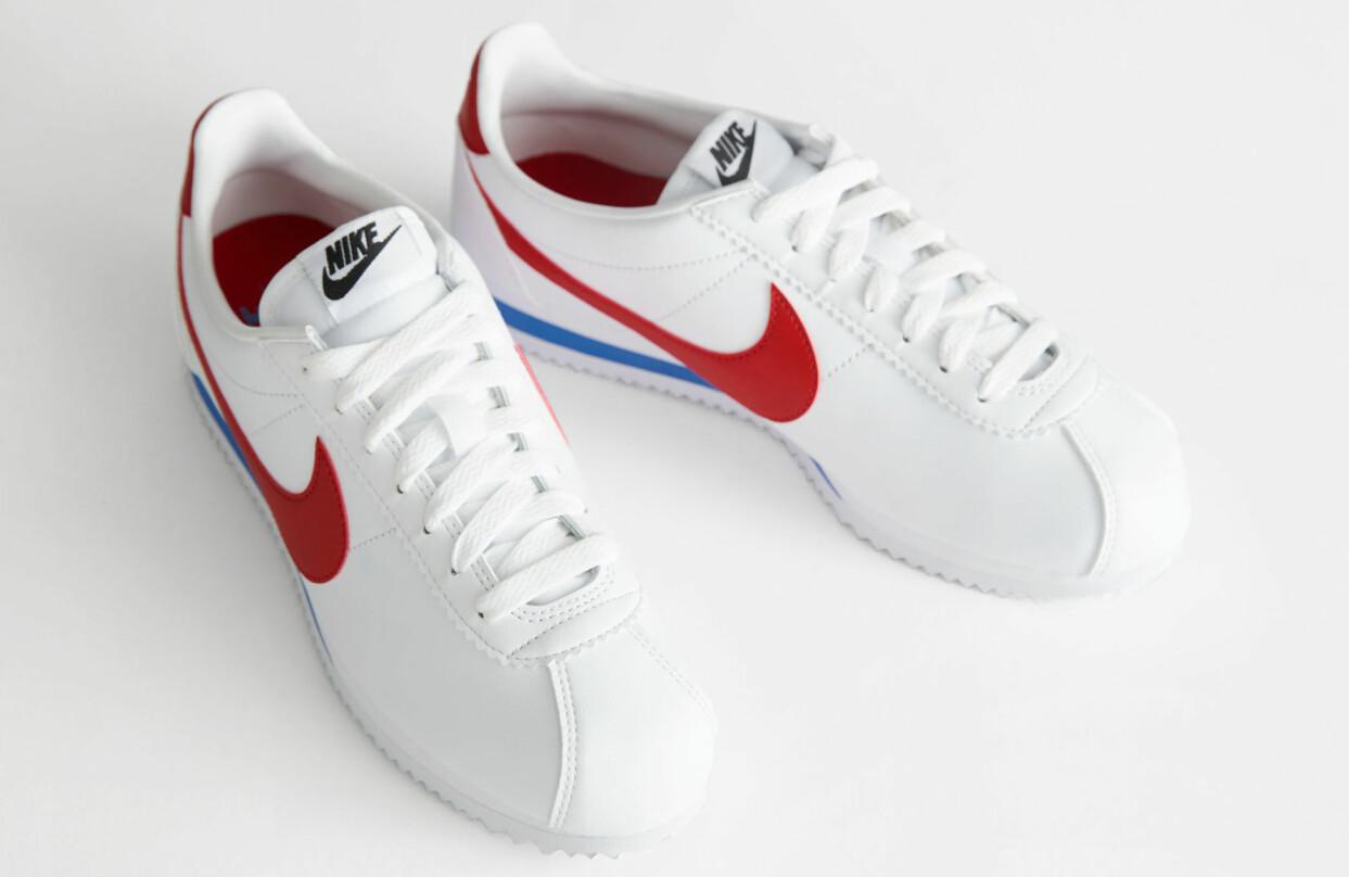 Vita sneakers med revärer från Nike