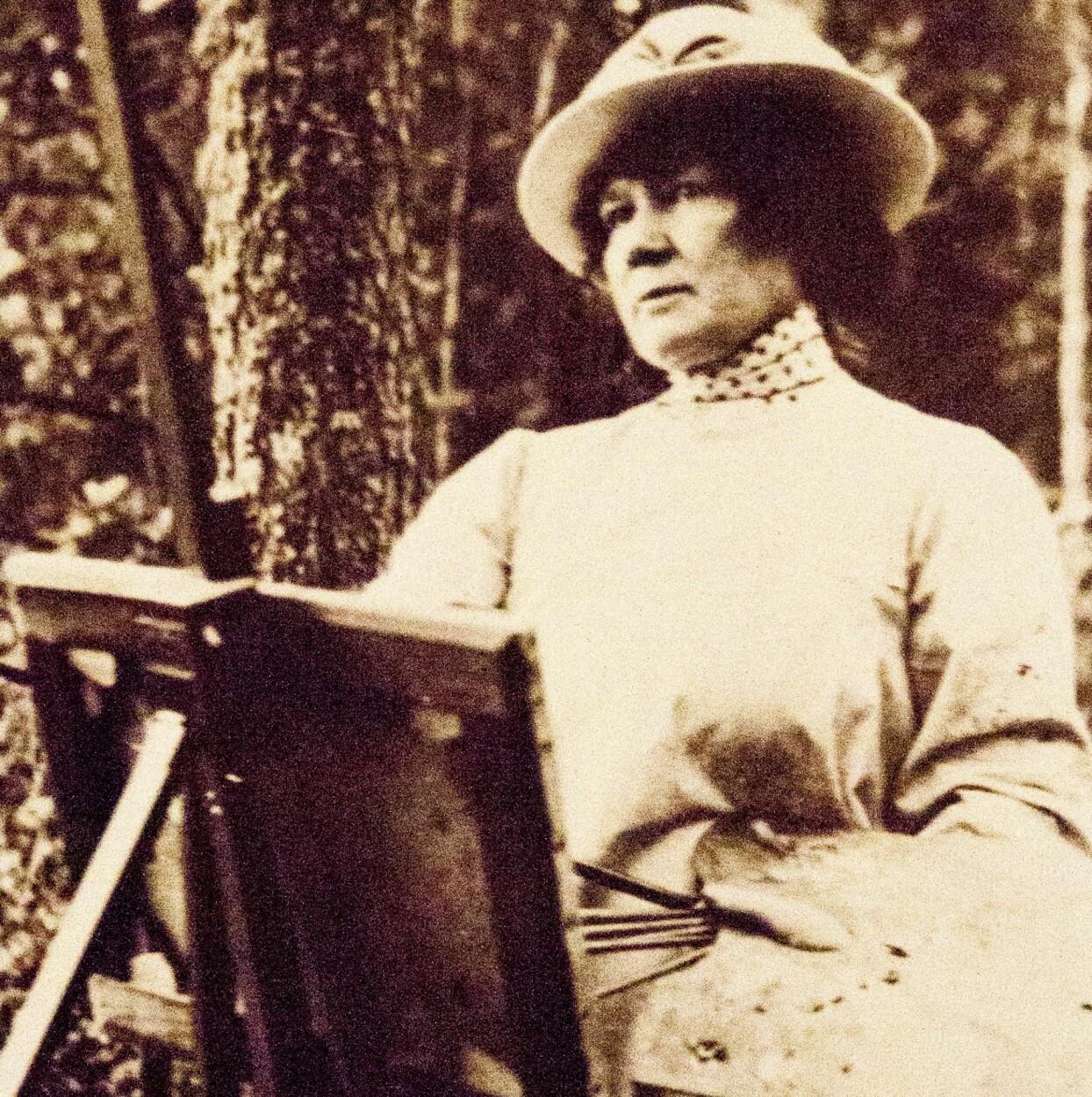 Jenny Nyström målar ett porträtt på canvas.