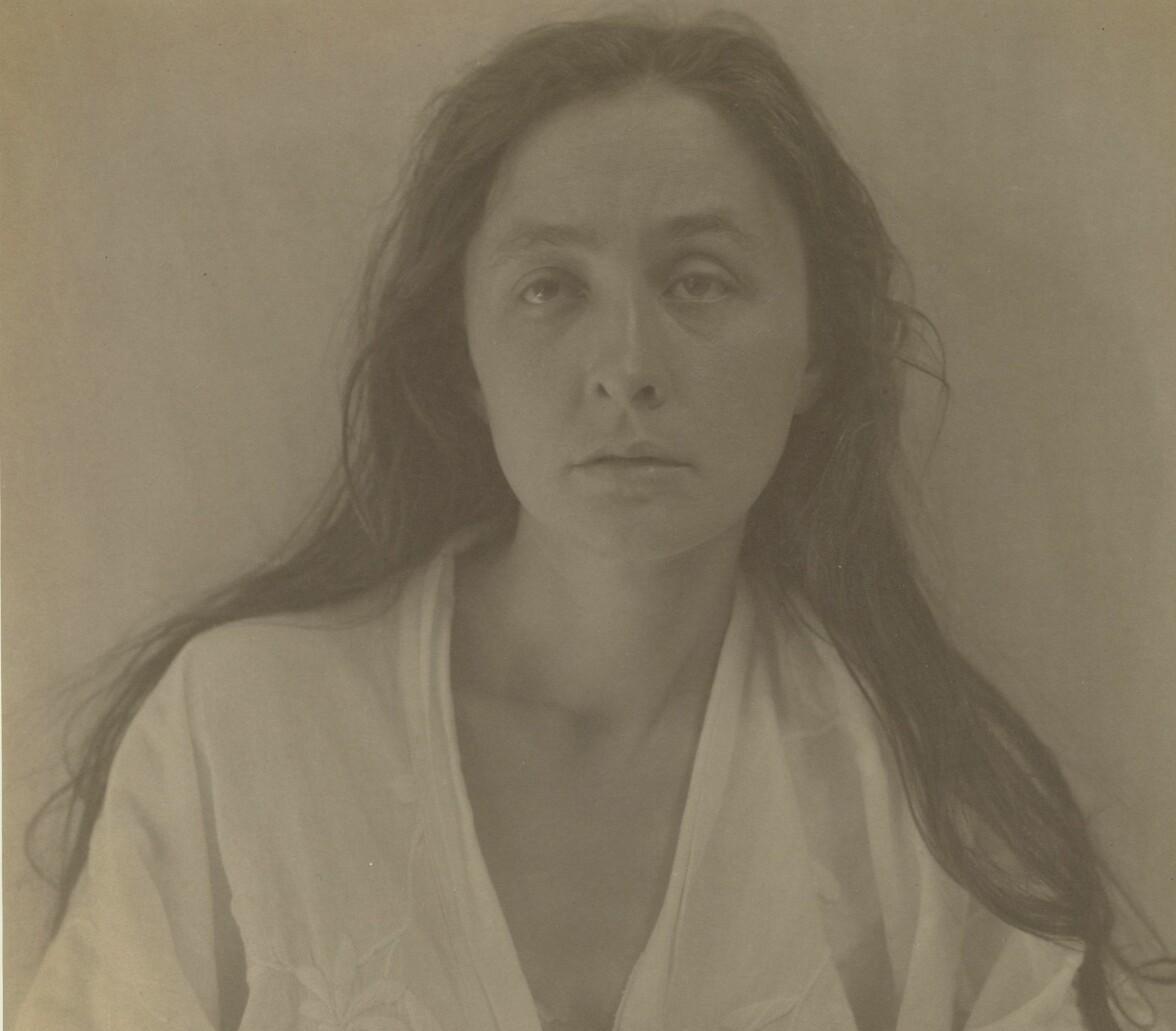 Georgia O'Keeffe poserar framför för ett fotografi.