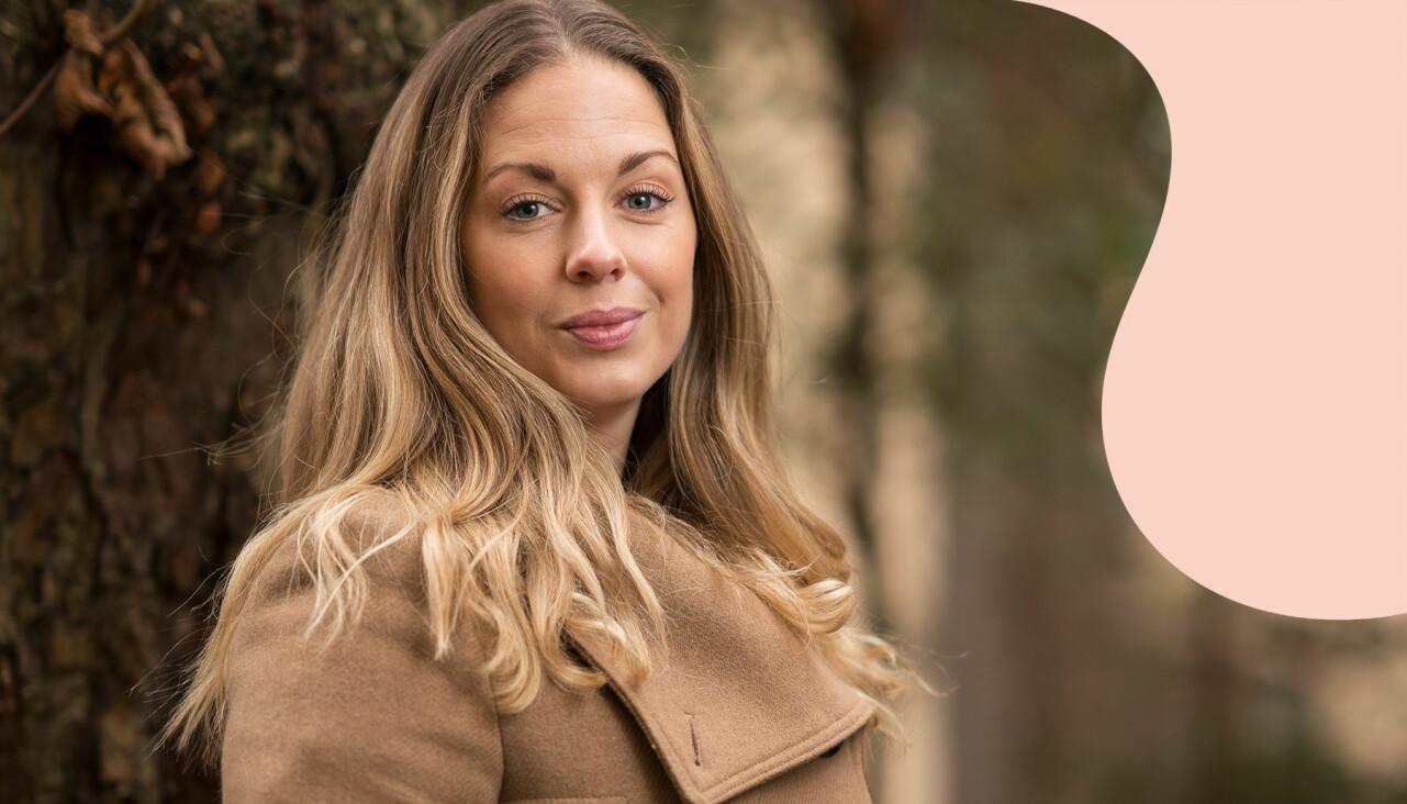 Porträtt av Sara, vars jobberbjudande försvann när hon berättade om sin graviditet, ute i naturen.