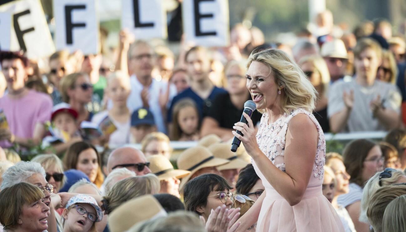 Sanna Nielsen sjunger under Allsång på Skansen.