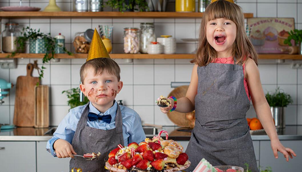 Pojke och flicka bakar i kök.