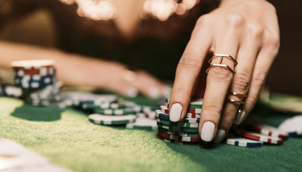 Kvinna spelar på kasino.