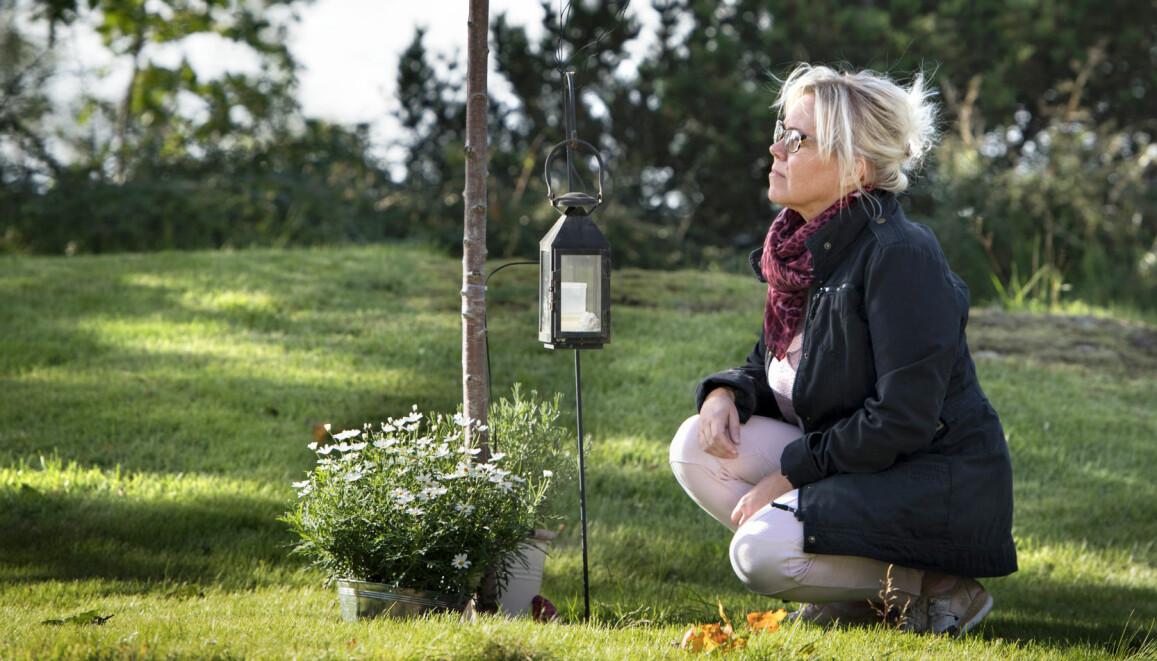 Rebecka Raija Jarnberger sörjer vid en minnesplats för sonen Billy Johansson som mördades.