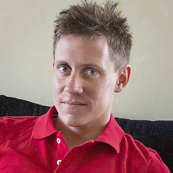 Mördade Billy Johansson tittar in i kameran iklädd röd tröja.