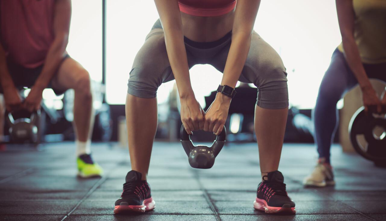 Genrebild från människor som tränar på gym.
