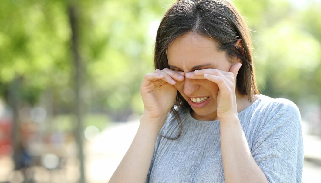 Kvinna gnuggar sig i ögonen.