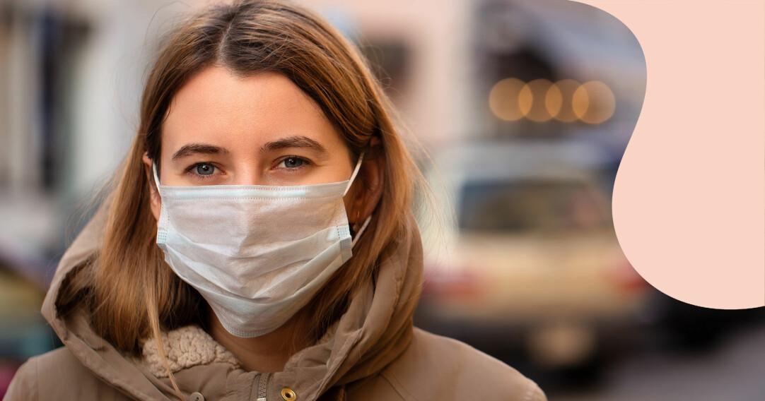Kvinna med munskydd utomhus.