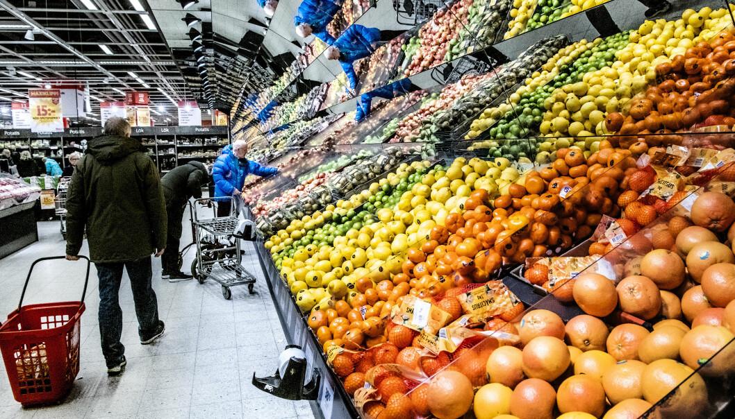 Välfyllda frukthyllor i en matbutik.