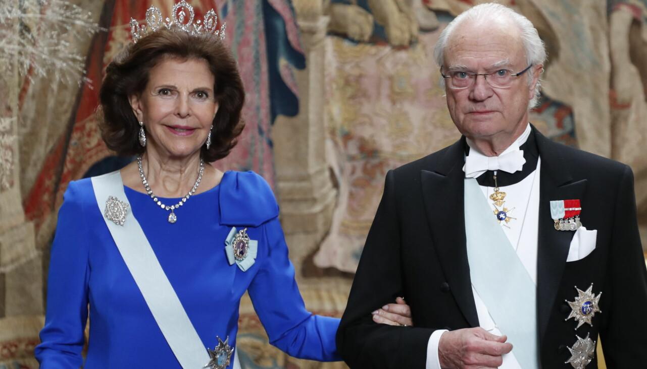 Kungen och drottningen festklädda.