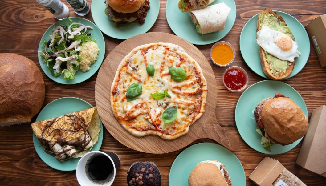 Kollage av olika sorters mat uppdukad på ett bord.