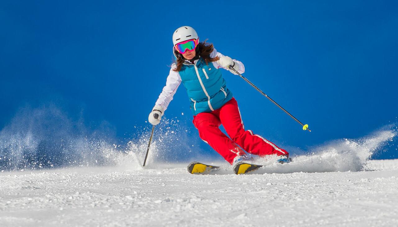 Kvinna åker skidor i svenska fjällen.