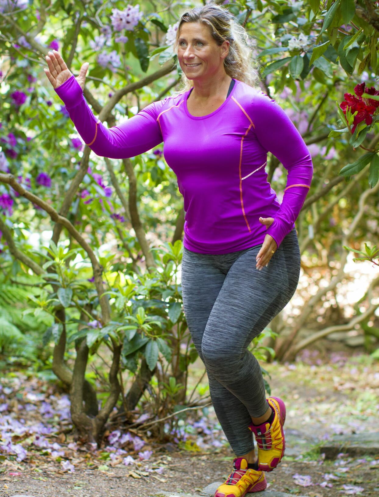 Josefin Liljegren i träningskläder springer uppför trappa i park.