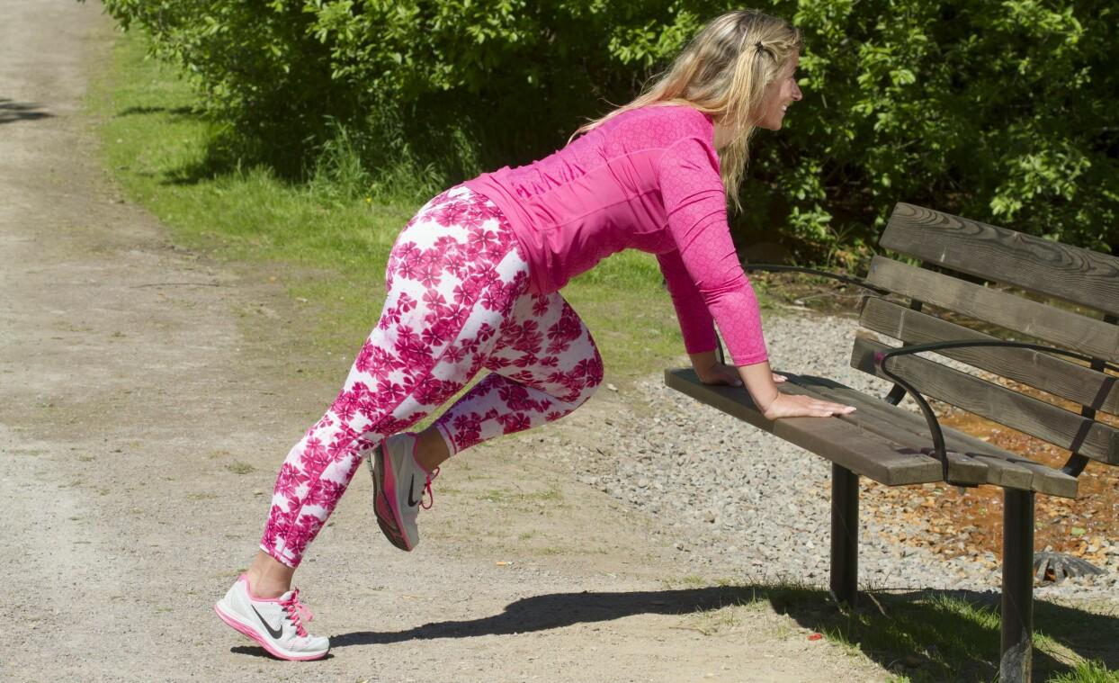 Josefin Liljegren visar hur man får upp pulsen genom att springa mot en bänk.