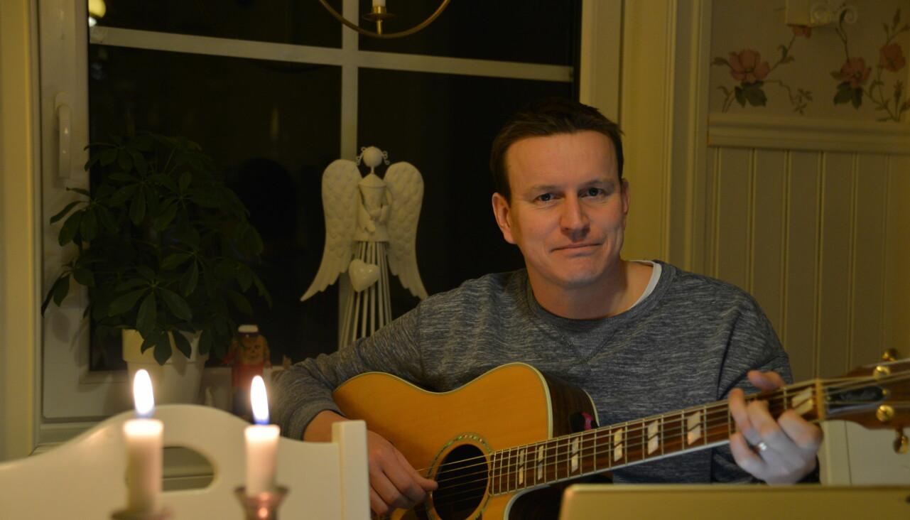 Musikern Johan Eriksson är musiker och spelar in sånger till de som beställer.