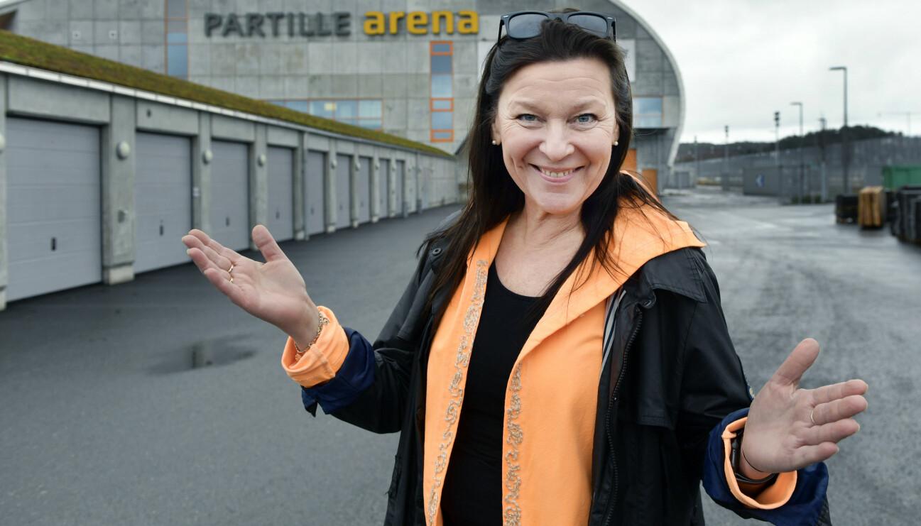 Lotta Engberg utanför Partille arena där hon ska spela i musikalen Grease.