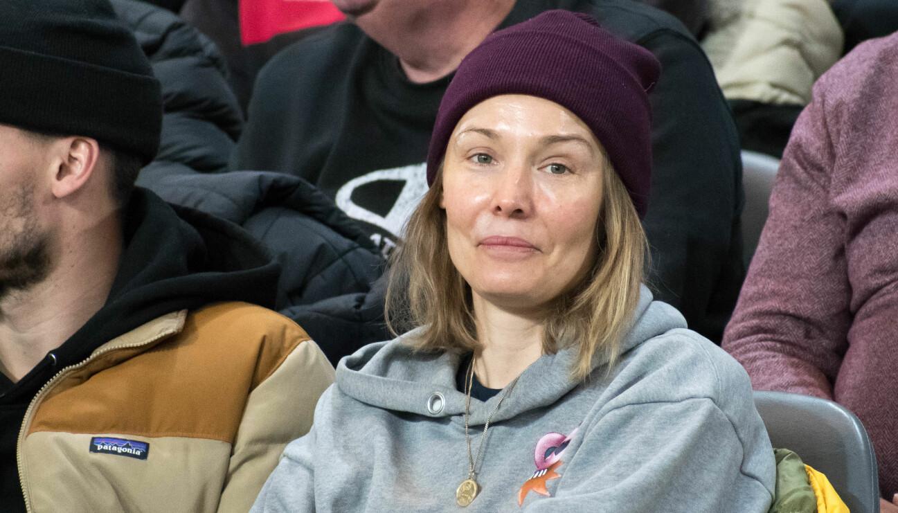 Carina Berg tittar på fotboll tillsammans med Erik Berg.
