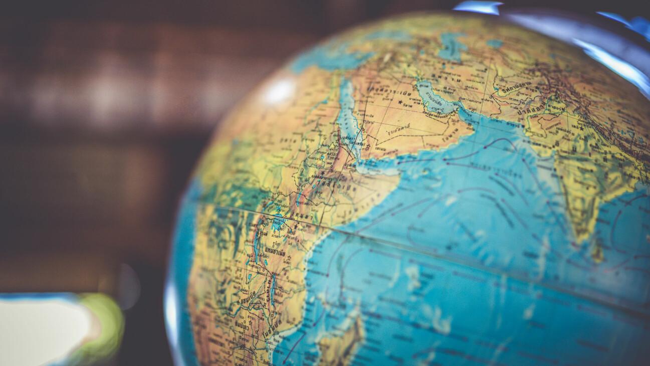 En jordglob som illustrerar vårt geografiquiz med 50 frågor.