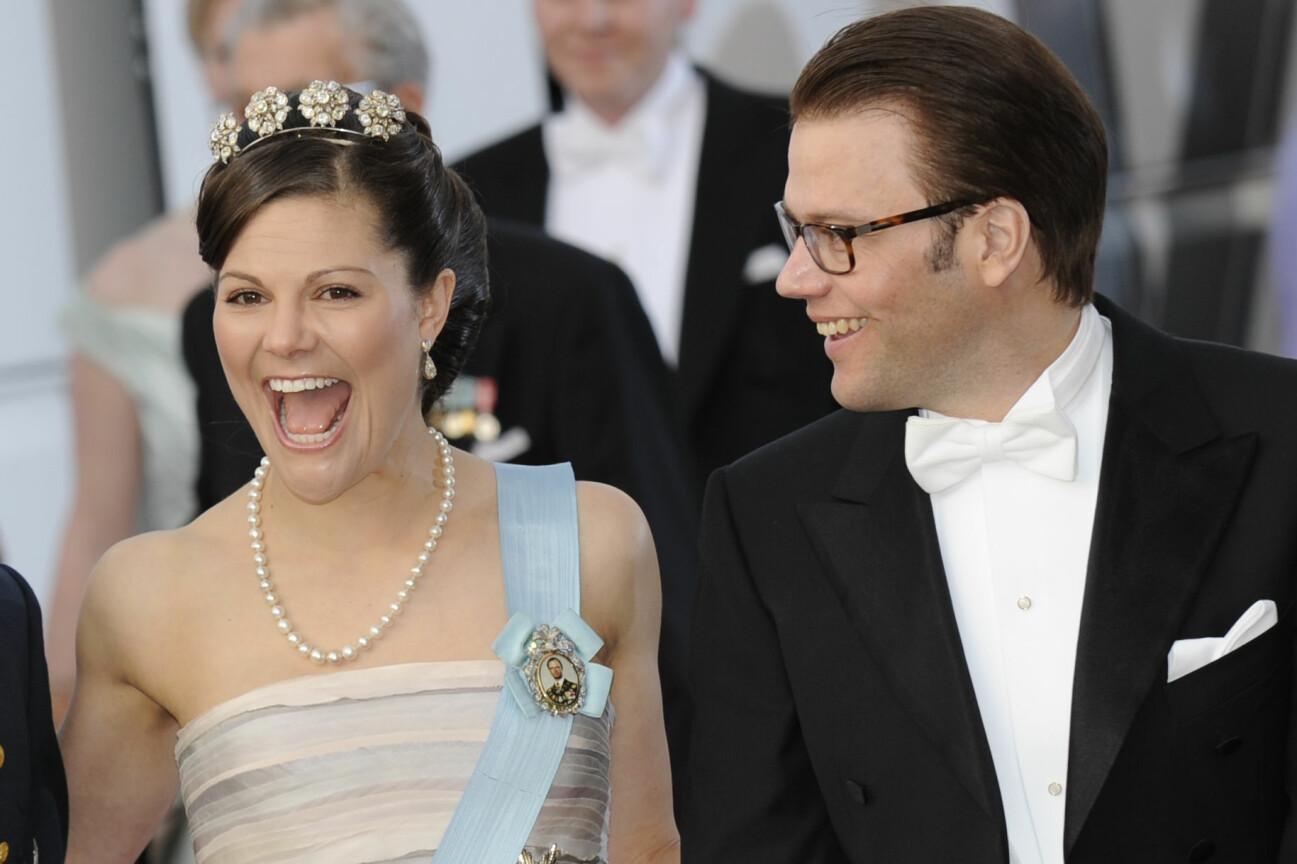 Kronprinsessan Victoria och Daniel som nyförlovade vid firandet av danska drottning Margrethes 70-årsdag.