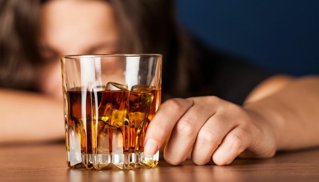 En alkoholist som dricker under karantän.