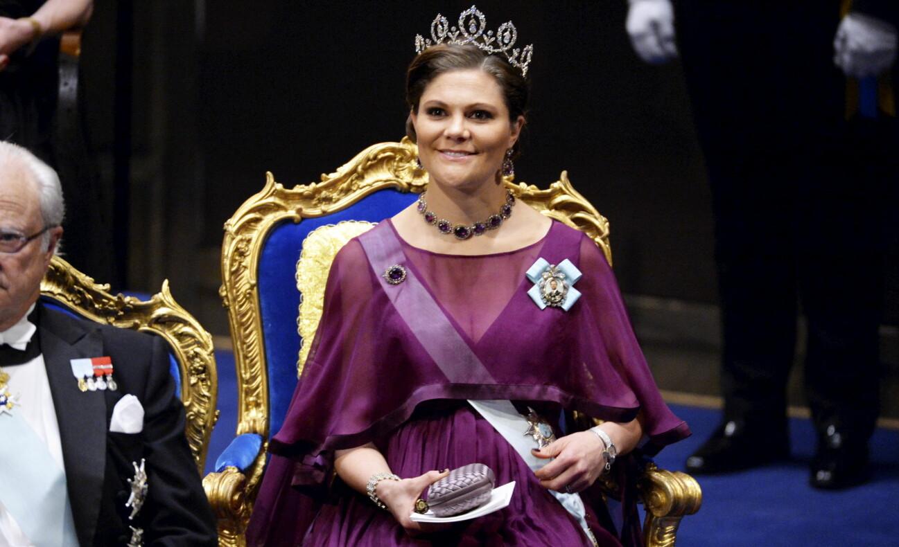 Porträtt av kronprinsessan Victoria som gravid på Nobelprisutdelningen år 2015.