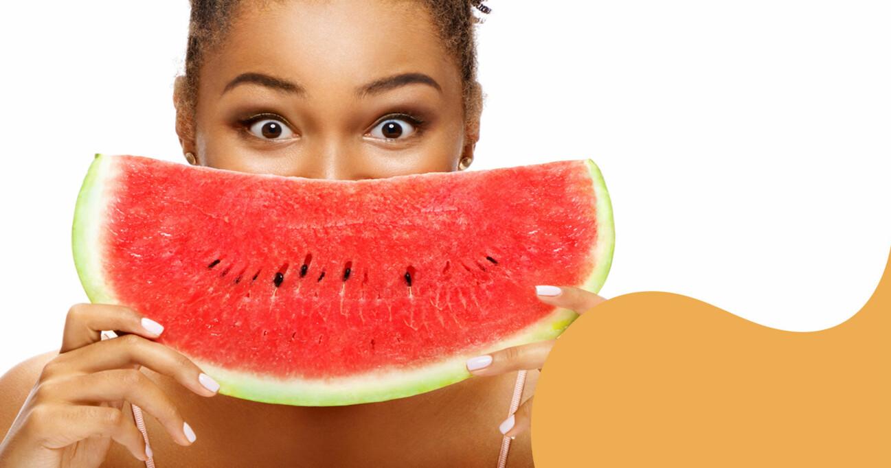 Kvinna håller vattenmelon.