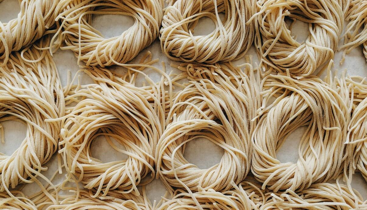 Hemmagjorda spagetti redo att kokas.