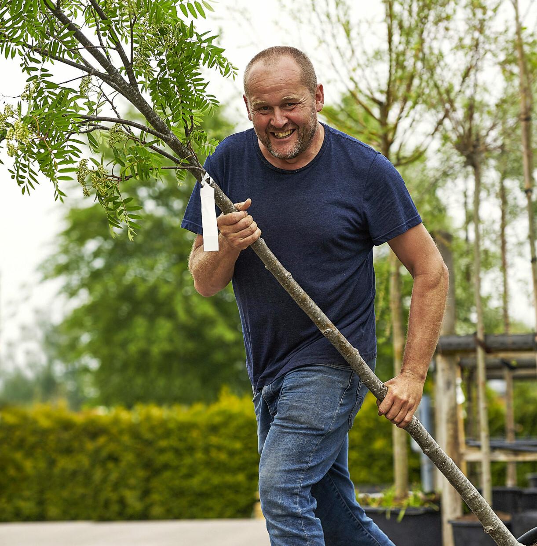 John Taylor med ett träd på plantskolan.