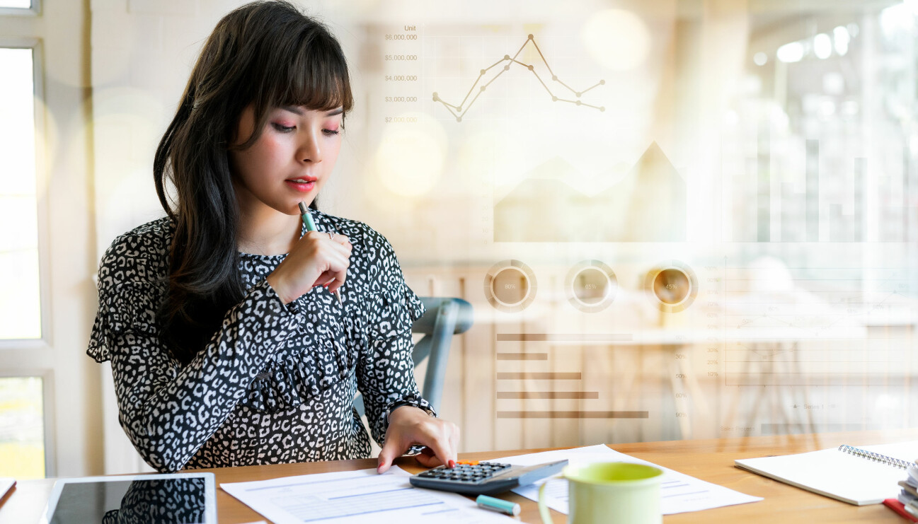 En kvinna räknar sin ekonomi på en miniräknare.