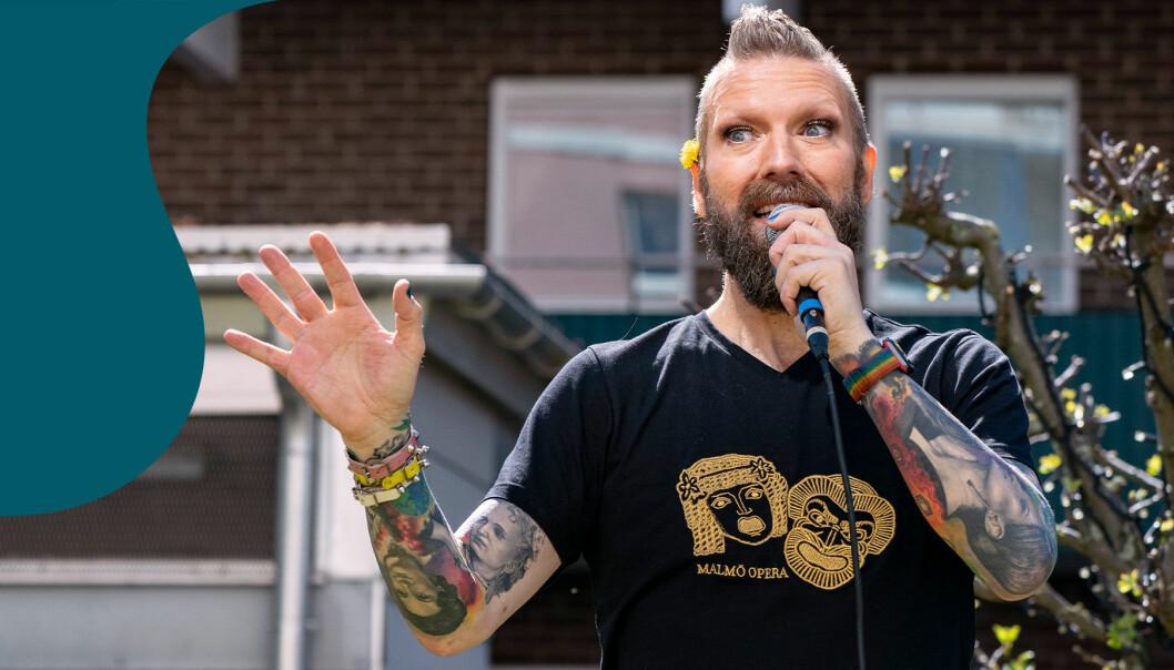 Rickard Söderberg sjunger på en innergård i Malmö i april 2020.