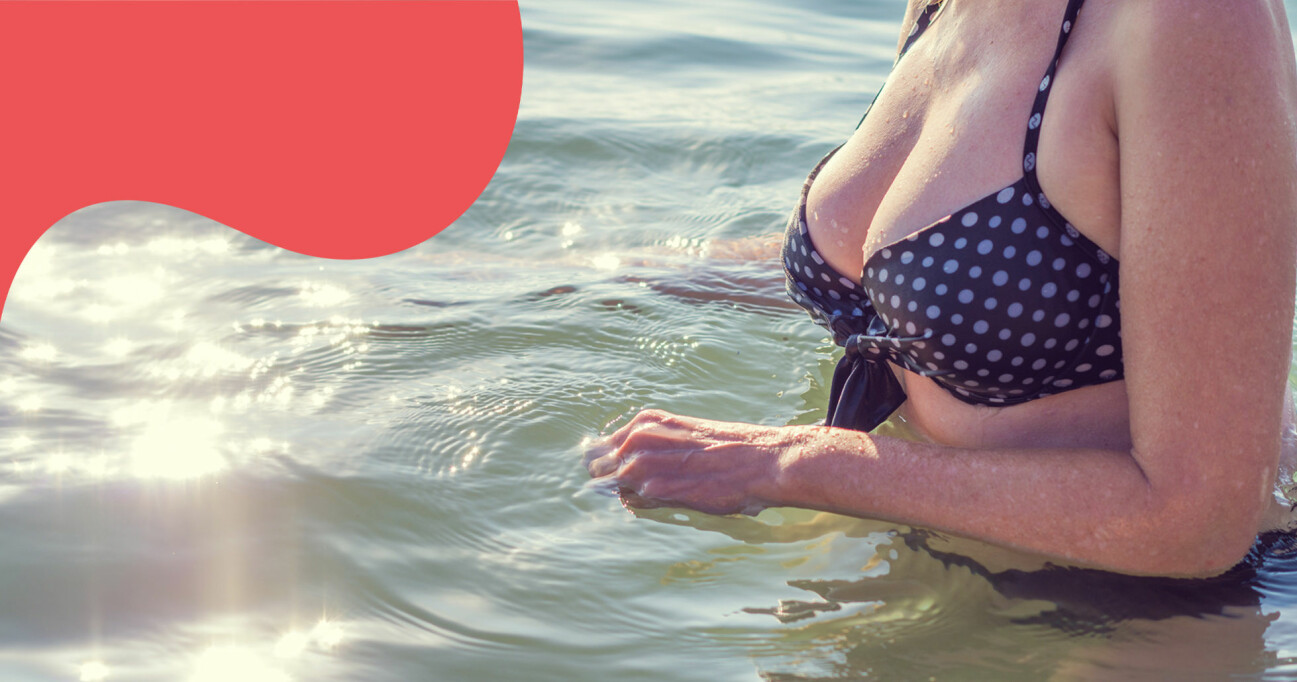 Kvinna badar i prickig bikini