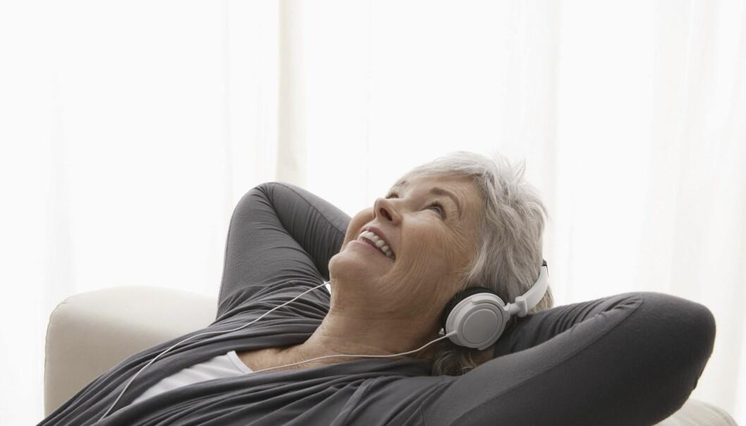 Kvinna som lyssnar på en podd