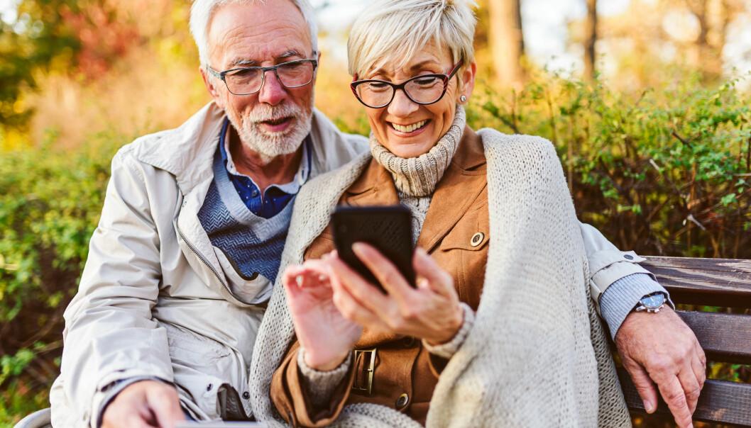 Äldre par hittar billiga priser och shoppar med telefonen