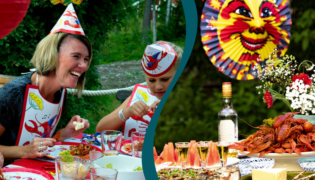 En kvinna och ett barn med kräfthattar äter kräftor och skrattar.
