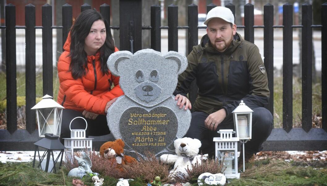 Föräldrar vid barnens grav.
