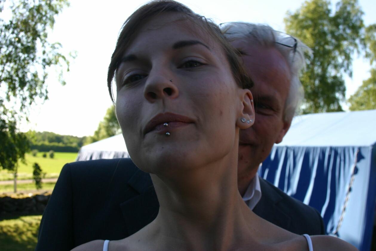 Cissi Hagberg och hennes pappa Tommy Hagberg fotograferade utomhus.