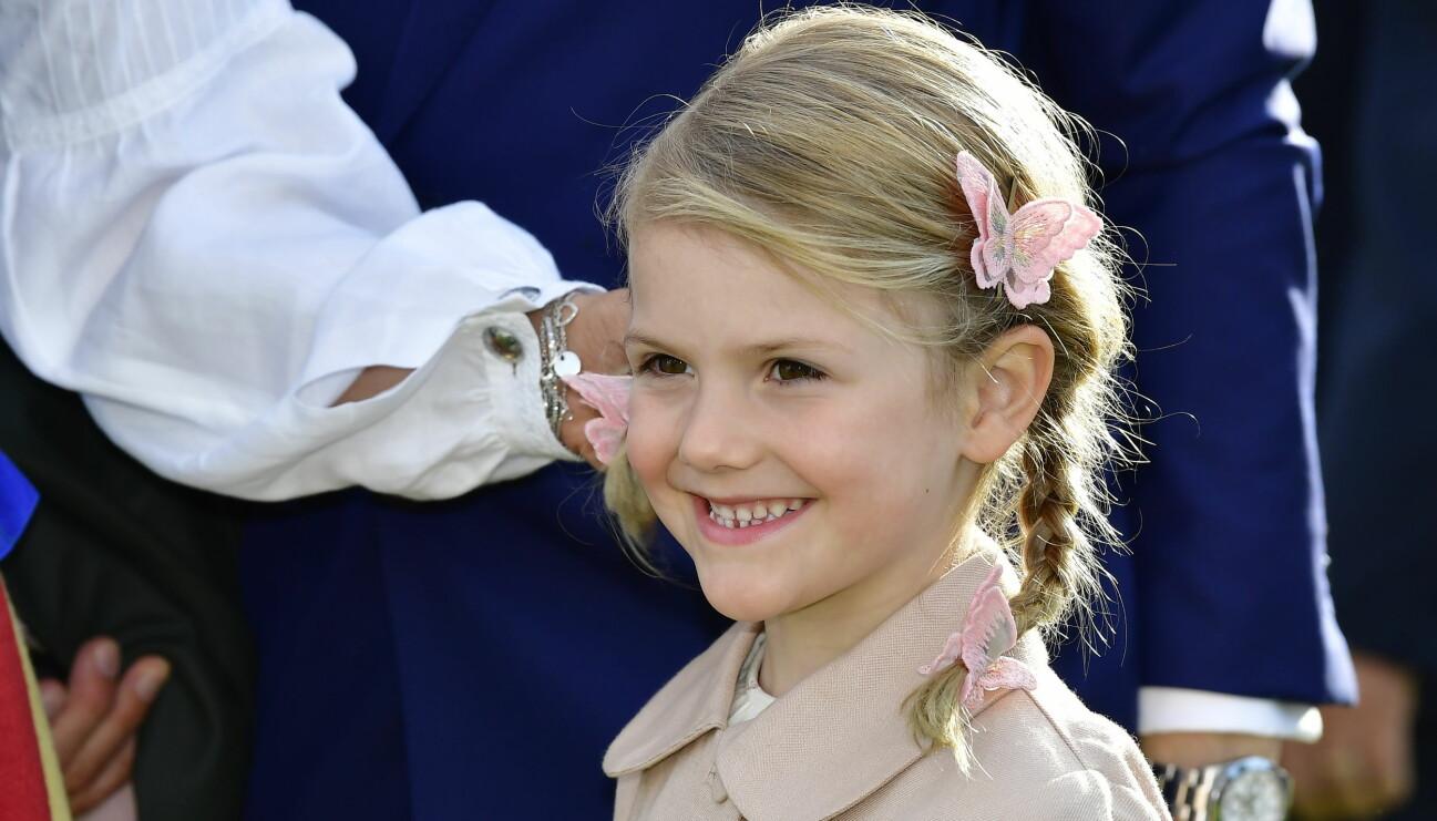Prinsessan Estelle på Victoriadagen med fjärilar i håret.