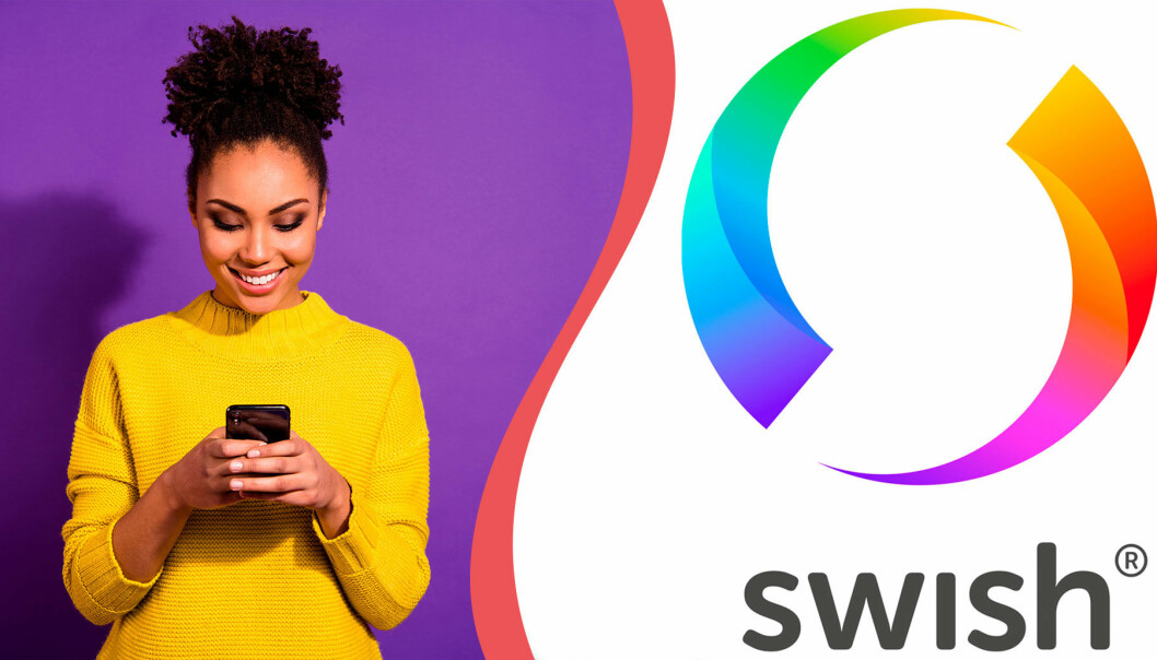 En kvinna tittar på sin mobil. Till höger: Swish logotype
