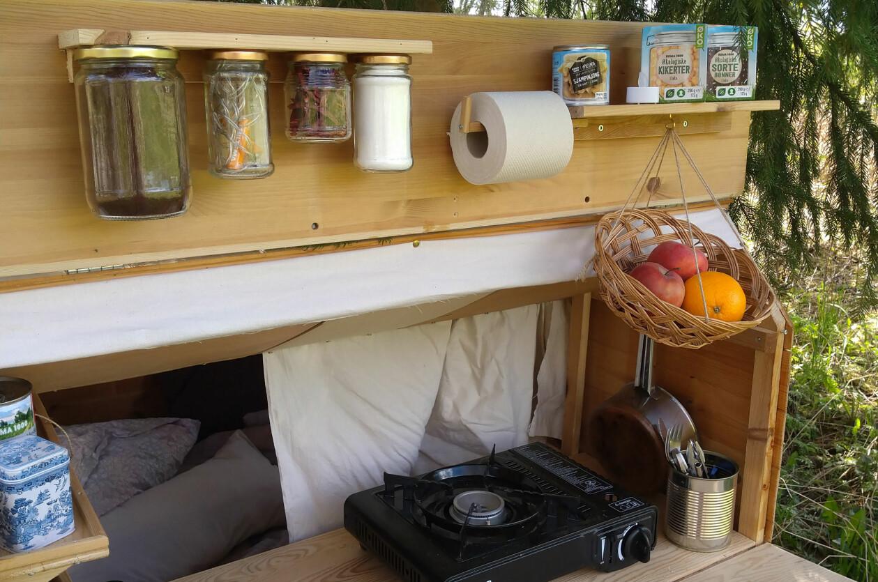Köket i en hemmabyggd cykelhusvagn.