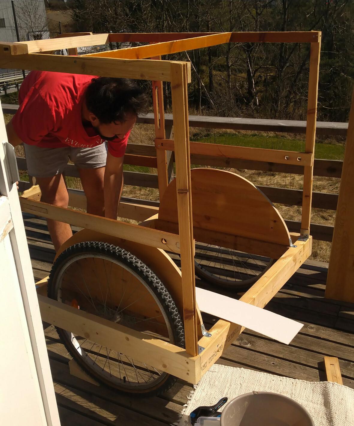 Mario Andrade bygger cykelhusvagn.