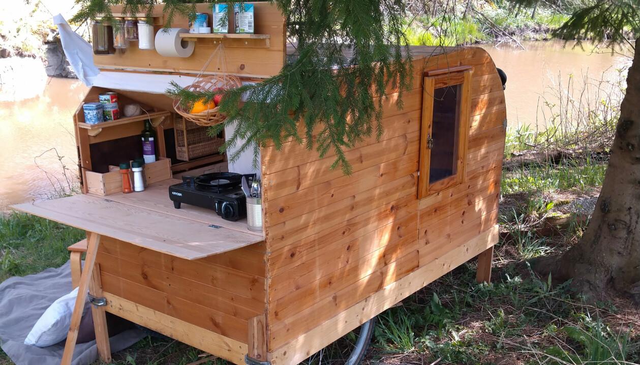 Hemmabyggd cykelhusvagn med kök.