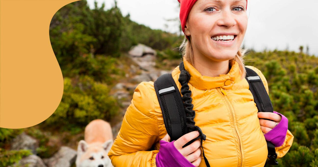 En kvinna är ute och vandrar med sin hund på en semester hemma.
