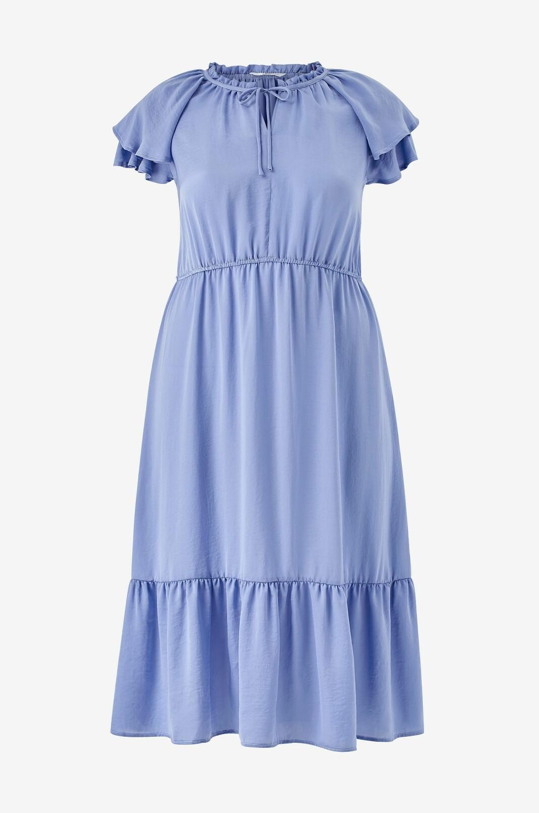 En härlig lavendelfärgad klänning med rund hals och volangkant