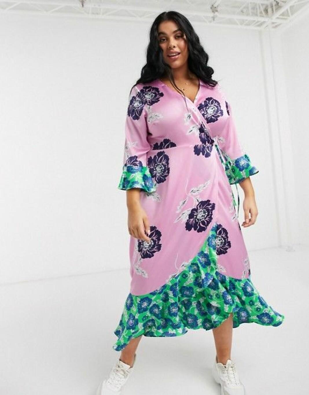 En färgsprakande klänning från Liquorish Plus i snygg kimonomodell